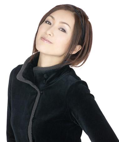 格好いいポーズをする酒井法子
